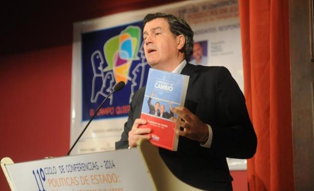 Pedro Bordaberry presenta el libro con el programa de gobierno del Partido Colorado.