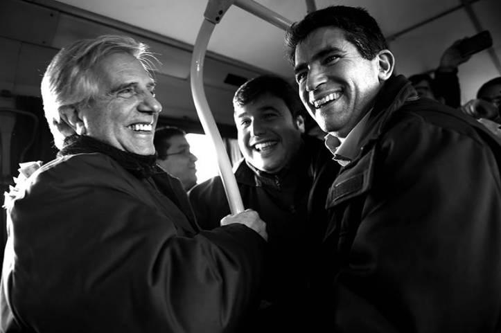 Tabaré Vázquez se dirige a un acto del FA en el ómnibus 137. Foto: La DIaria.
