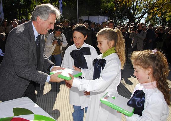 Tabare Vazquez entrega computadoras en 2009. Foto: Presidencia.