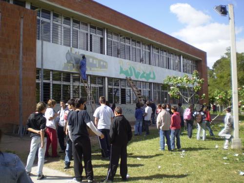 Estudiantes pintan su liceo 59, en Montevideo. Fuente: Fotolog.