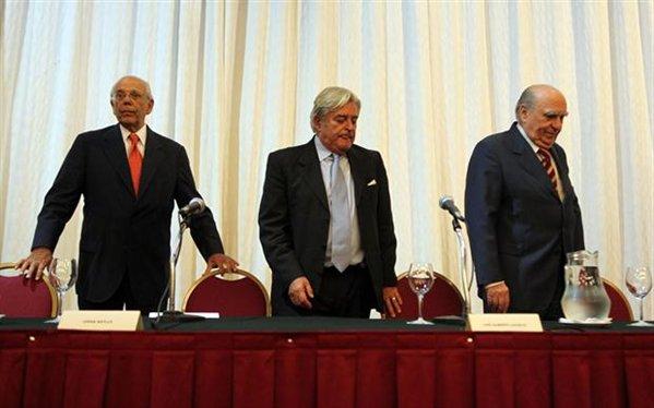 """Batlle, Lacalle padre y Sanguinetti en la presentación del libro """"La Reconquista"""", año 2012. Fuente: web El Diario."""