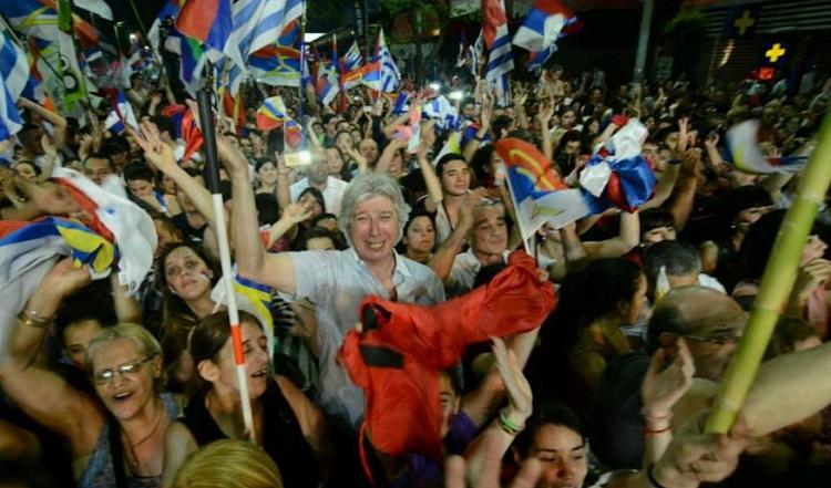 Festejos de la militancia frenteamplista sobre la avenida 18 de Julio. Fuente: Facebook del Frente Amplio.