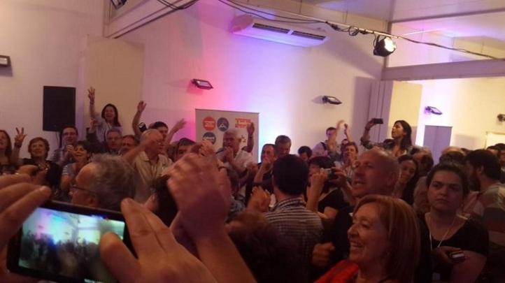 Festejo de los políticos luego de las palabras de Lacalle Pou. Foto: La Ventana.