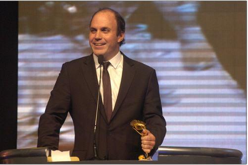 """Ignacio Álvarez recibe el """"Iris de Oro"""" del diario El País en 2011."""