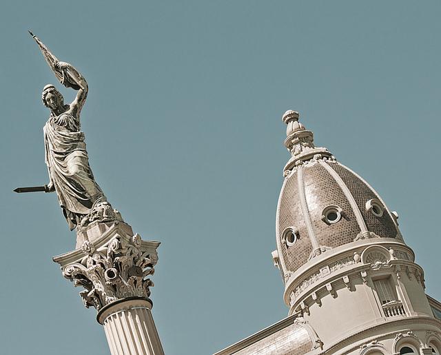 Estatua de la Libertad de la Plaza Cagancha, frente a El País. Foto: Flickr Ojo Torpe.