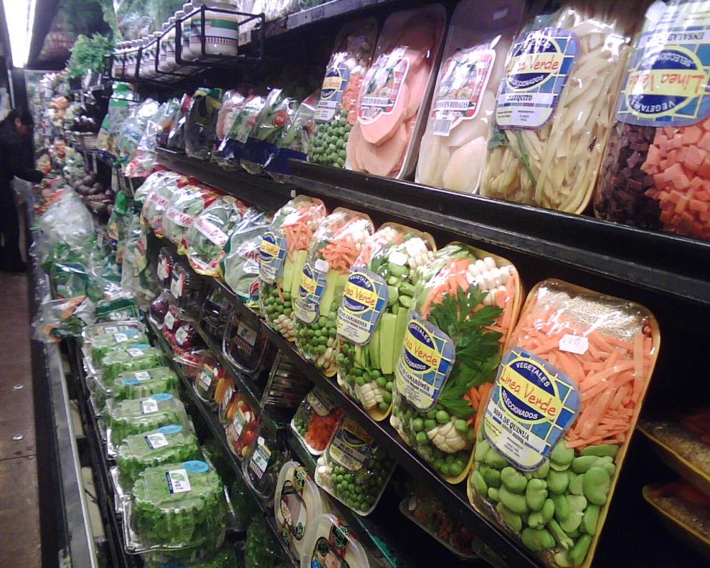 Frutas y verduras en góndola de supermercado de gran extensión. Foto: pierdespesoganasplata.com