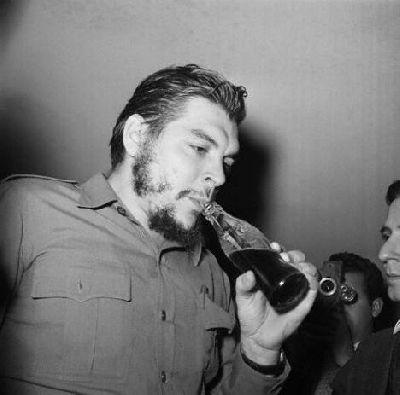Ernesto Guevara tomando una Coca Cola poco tiempo antes de su histórica oratoria en la sede de la ONU contra el bloqueo a Cuba, del 11 de diciembre de 1964.