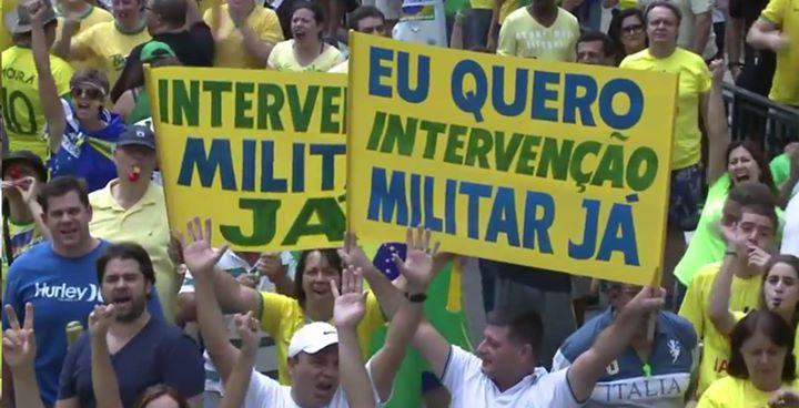"""""""Yo quiero intervención militar ya"""" reza el cartel del manifestante. Foto: Facebook del periodista Fabián Werner http://on.fb.me/1O0IyVa"""