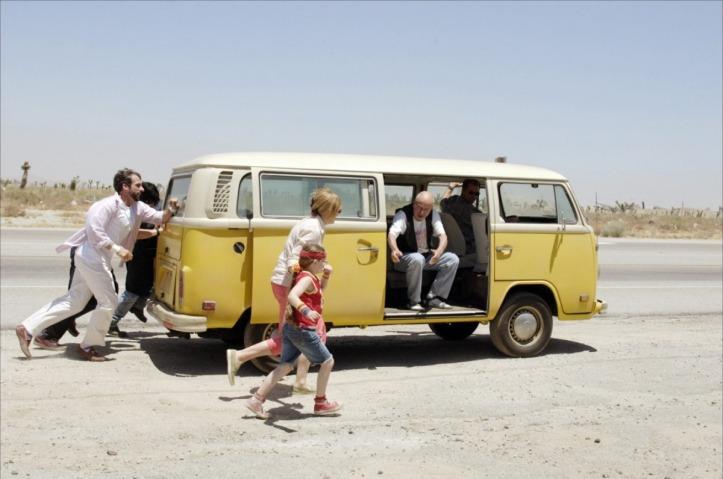 """Imagen de la película """"La Pequeña Miss Sunshine"""", de Jonatan Dayton y Valerie Faris, filmada en 2006. Cuenta la historia de una familia que acompaña a la menor a un concurso, a 1.300km de su hogar."""