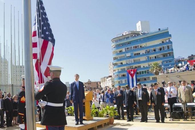 Secretario de Estado de EEUU John Kerry observa izamiento de bandera de EEUU en nueva embajada en Cuba. Foto: Embajada de EEUU.