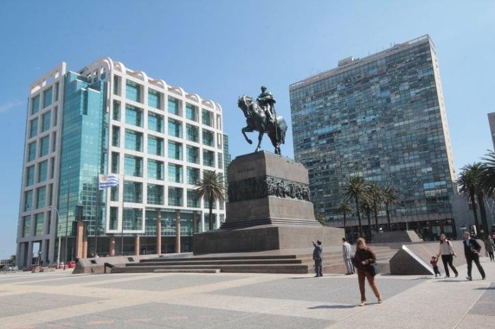 Torre Ejecutiva, sede del Ejecutivo uruguayo, vista desde la Plaza Independencia. Foto: Wikipedia.