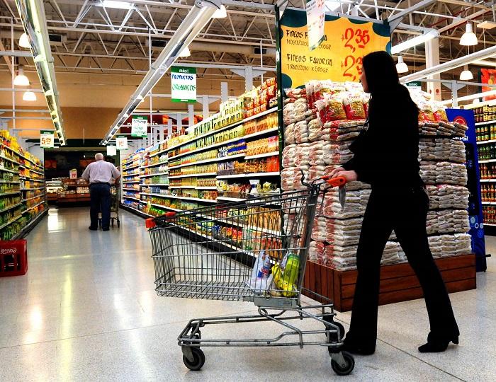 """Foto: """"Télam Neuquén 02/10/2008 Las ventas en super e hipermercados ha superado en el pasado mes a los guarismos registrados en otros lugares del pais, cifra inédita en los registros provinciales de las últimas décadas.- Foto: Pepe Delloro/Télam/jcp"""""""