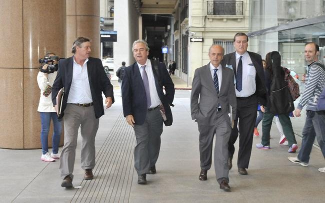 Representantes blancos arriban a Torre Ejecutiva. Foto: Montevideo Portal.